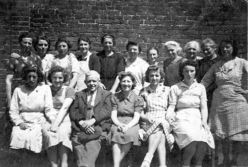 Photo de groupe avec le directeur et l'atelier des Brodeuses et quelques autres ouvrières