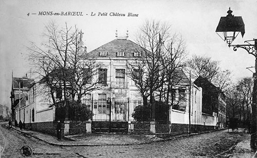 Le Petit château blanc (une des belles demeures de la commune) avec son réverbère