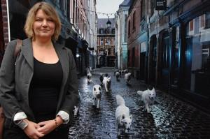Ellen Kooï devant un agrandissement géant d'une photo réalisée rue des Trois Couronne, à Lille