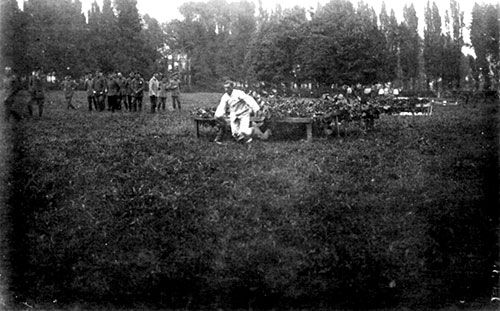 Dans le parc Decoster « une belle demeure » monsoise, on s'adonne aux exercices physiques. La tenue blanche était la tenue de gymnastique.