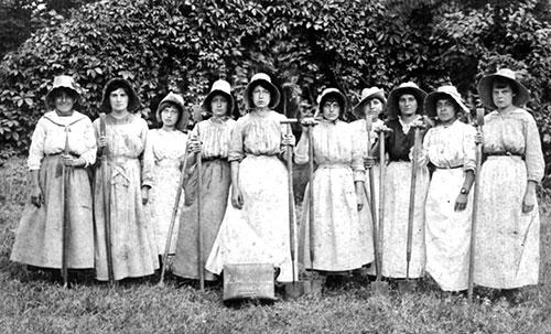 Des jeunes filles, photographiées près du fort, se rendent aux « champs de guerre ». Elles travaillent la terre, 10 heures par jour, pour un salaire dérisoire au profit des allemands.