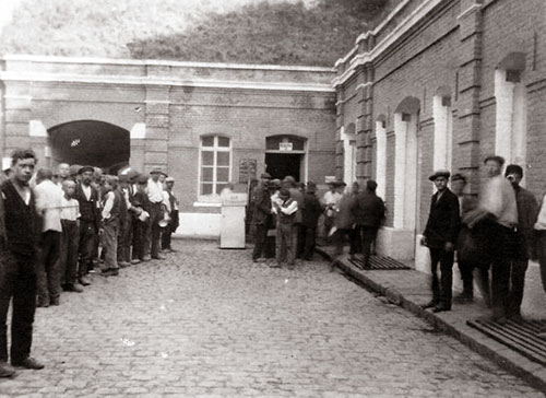 Prisonniers civils dans la cour du Fort de Mons