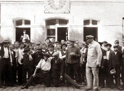 Le photographe a soigneusement mis en scène cette photographie de prisonniers civils au fort. Qui étaient-ils ?