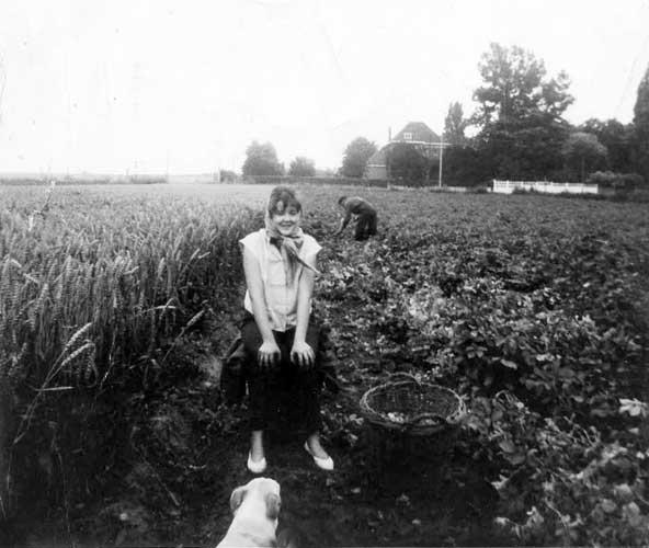 Anne-Marie à 16 ans avec son père qui ramasse des pommes de terre dans le fond
