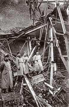Dans les ruines des usines détruites, les officiers allemands prennent la pose